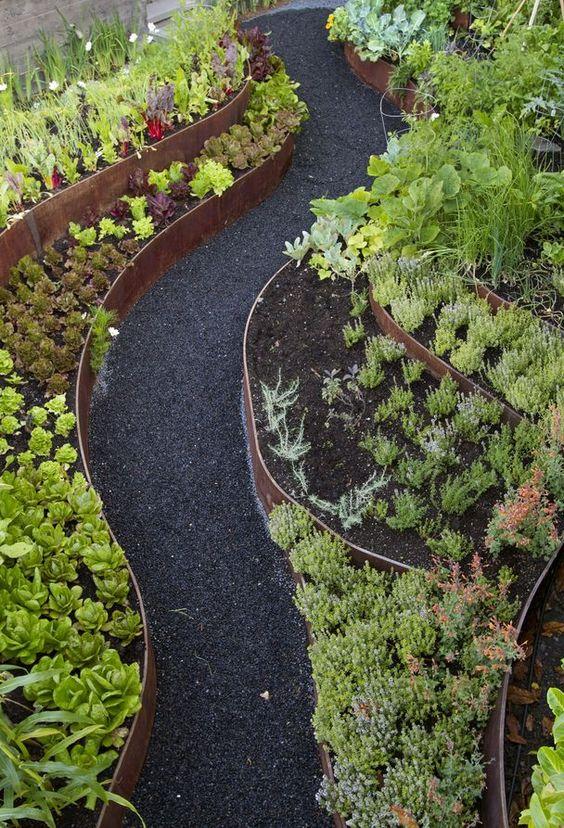 sottili nastri di metallo patinato sono fantastici con vegetazione, cactus e piante grasse e sentieri neri