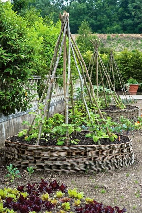 grandi bordo da giardino ricoperti di cesto per un'accogliente atmosfera rustica nel tuo giardino, si adattano sia a fiori che a verdure