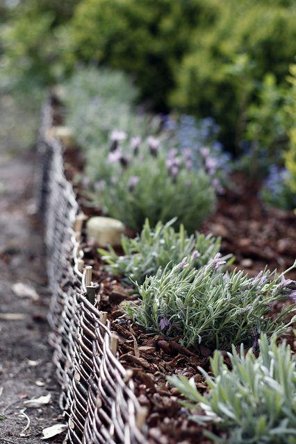 un bordo da giardino bordato di intreccio sembra molto accogliente e se imbianchi il bordo, sembrerà Scandi