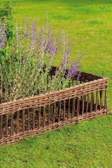 bordo da giardino in cesto intrecciato chic e delicato per un sottile aspetto rustico