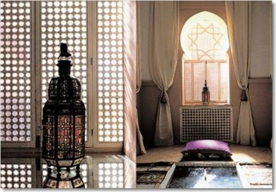 un bagno marocchino neutro con una persiana accattivante, tende, un cuscino viola e una vasca incassata