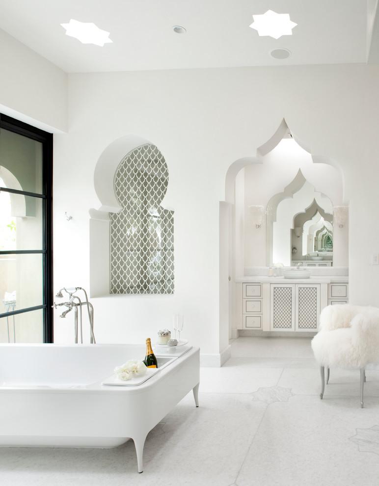 un bagno bianco puro con lucernari a forma di stella, una nicchia piastrellata e una porta ritagliata più una vanità intagliata (Gordon Stein Design)