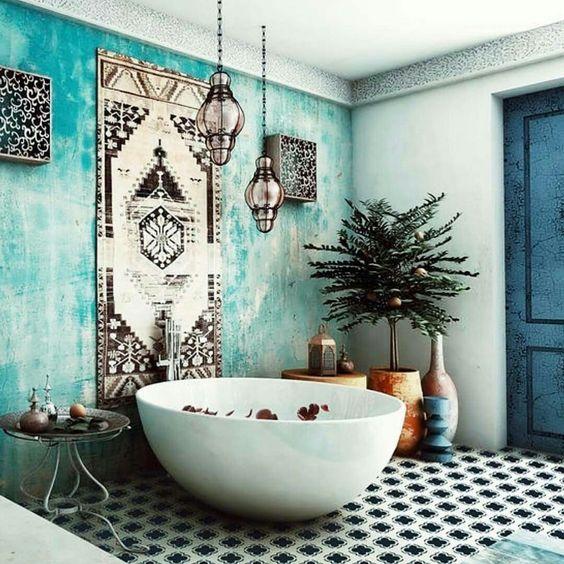 uno splendido bagno marocchino con una parete in gesso turchese, un tappeto, alcune lampade e un pavimento piastrellato