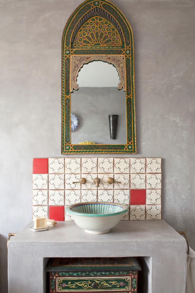 uno spazio lavandino marocchino con uno specchio orientato, un backsplash piastrellato rosso e bianco e un lavandino a ciotola dipinto (The Brighton Bathroom Company)