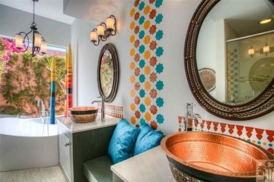 piastrelle colorate a forma di stella per accentuare il muro, lavandini in rame martellato e eleganti cornici per specchi