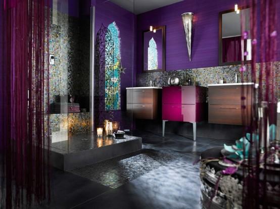 un bagno marocchino viola brillante con finestre dalle forme accattivanti, un lavabo fucsia, lampade da parete