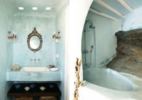un bagno color acqua realizzato con intonaco, con una vasca da bagno e uno specchio decorato