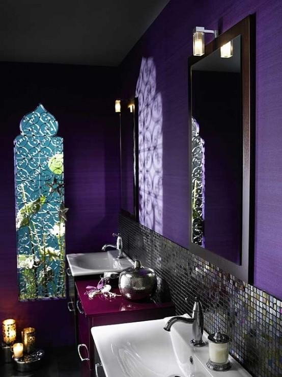 un bagno viola brillante con una finestra ad arco, un alzatina piastrellata, lanterne a candela tagliate al laser