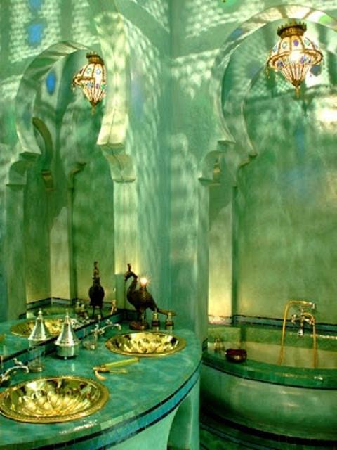 un bagno turchese fatto di intonaco, un lavabo piastrellato e lavandini d'oro più una lanterna a mosaico sul soffitto