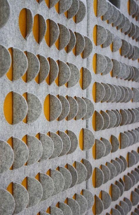 eleganti pannelli a parete acustici grigi e gialli rendono lo spazio più moderno e audace mentre lo insonorizzano