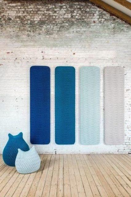 pannelli a parete acustici decorativi e audaci e sedie a sacco abbinate per uno spazio moderno