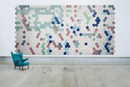 i pannelli acustici esagonali colorati disposti in una grande opera d'arte sembrano molto audaci e chic