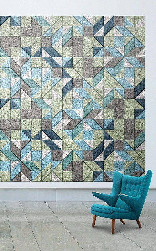 le accattivanti piastrelle geometriche resistenti all'umidità sul muro lo insonorizzano e creano un'audace arte murale
