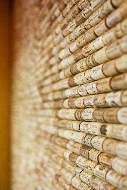una parete insonorizzata in sughero per vino è un semplice progetto fai-da-te che mantiene anche lo spazio più caldo