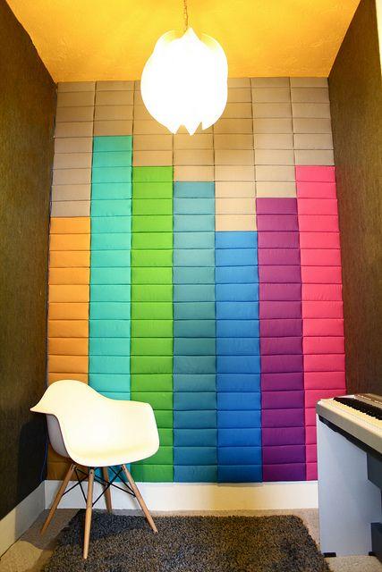 super colorati pannelli fonoassorbenti sul muro imitano il suono - ideale per una stanza musicale