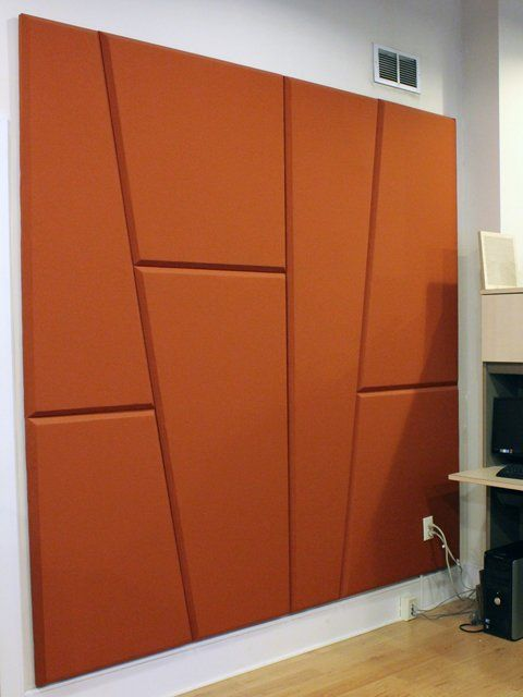 un muro di isolamento acustico realizzato con pannelli murali asimmetrici color ruggine