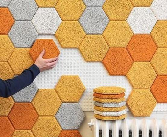 le piastrelle acustiche esagonali colorate sono ottime per insonorizzare il muro e renderlo audace e accattivante
