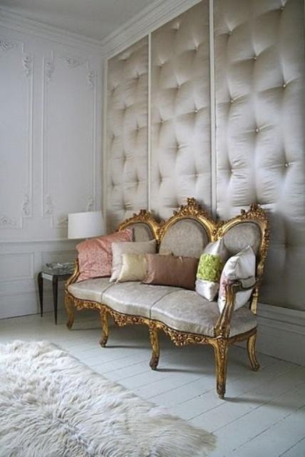 le pareti rivestite in seta e trapuntate sono un'idea di arredamento molto interessante che dispone allo stesso tempo di isolamento acustico