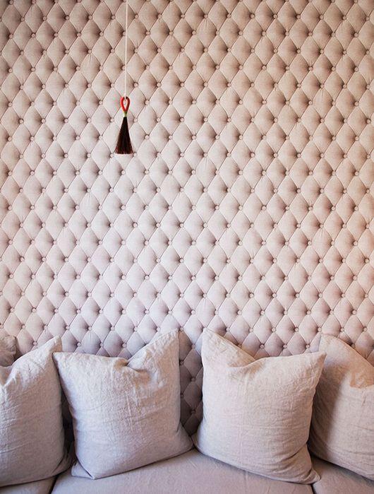 una parete trapuntata imbottita in blush non è solo una caratteristica di arredo accattivante, ma anche una bella idea di insonorizzazione