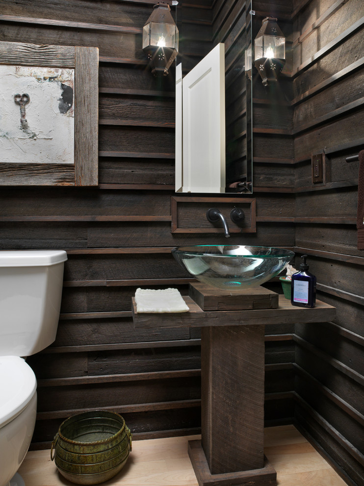 un bagno contemporaneo incontra il rustico con legno tinto scuro, un lavabo in vetro, alcune lampade da parete (Melaragno Design Company, LLC)