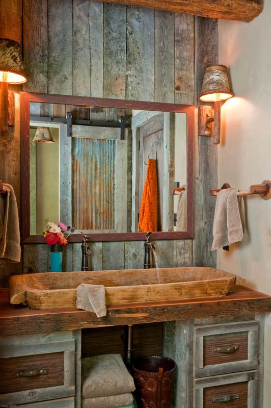 un bagno rustico incontra il vintage con legno stagionato e tocchi di pietra (Highline Partners, Ltd)