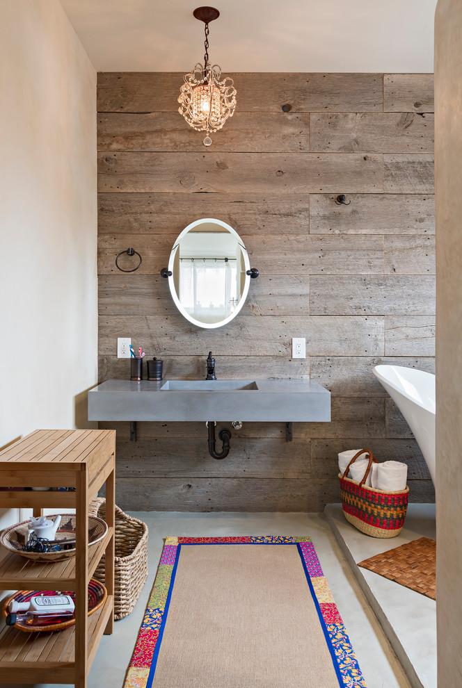 un bagno rustico contemporaneo con pareti e mobili in legno e tocchi di cemento (Dane Cronin Photography)