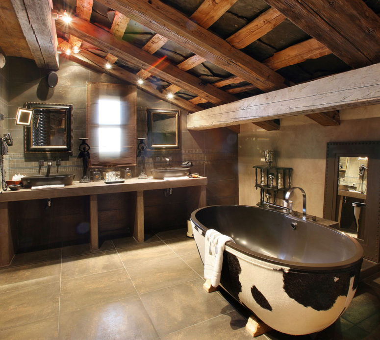un bagno moderno e rustico con molto legno, piastrelle sul pavimento e una divertente vasca da bagno con stampa di mucche (PSCBath)