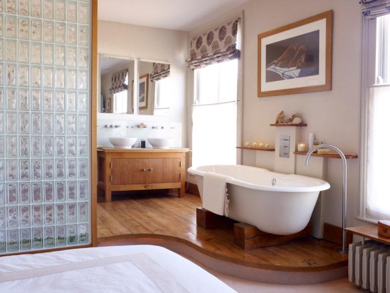 un bagno contemporaneo incontra rustico con molto legno e vetro nell'arredamento (Mark Jordan Architecture & amp; Design)