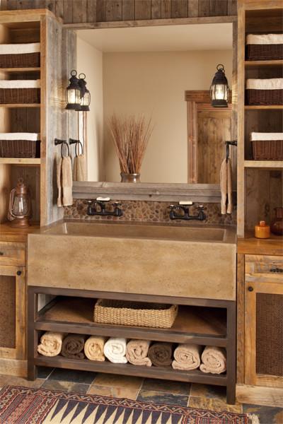 un bagno rustico incontra il moderno bagno in legno e piastrelle, con mensole su ogni lato e un grande lavandino in metallo (Studio Architects)
