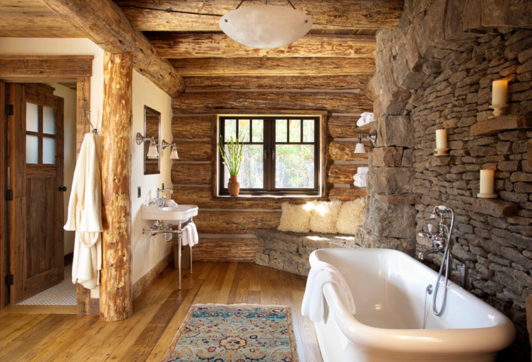 un bagno in stile chalet con un muro in pietra, pareti, pavimento e soffitto in legno e alcuni tappeti boho (Pearson Design Group)