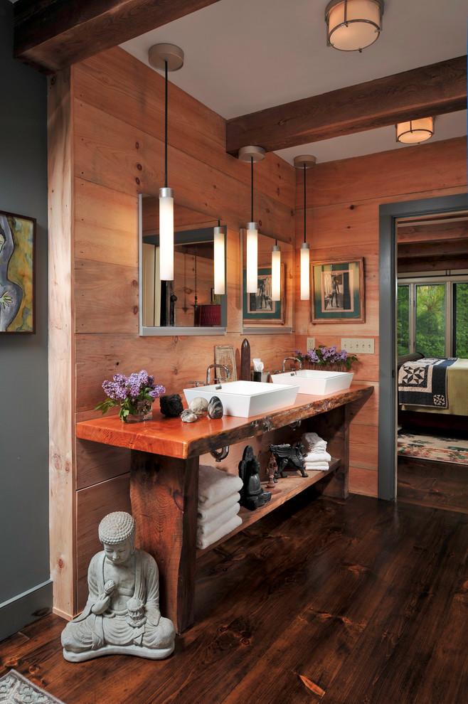 un bagno rustico in legno di sequoia con un'atmosfera asiatica e una panca come vanità