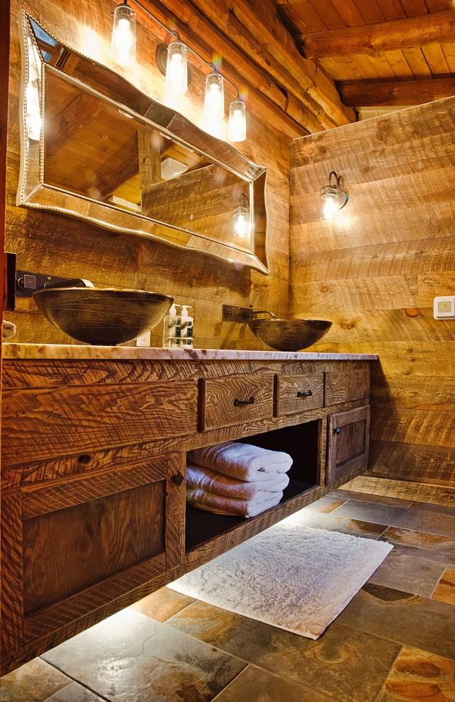 un bagno rustico contemporaneo con un lavabo sospeso con luci interne, pareti in legno e un grande specchio (DW3 Construction LLC)