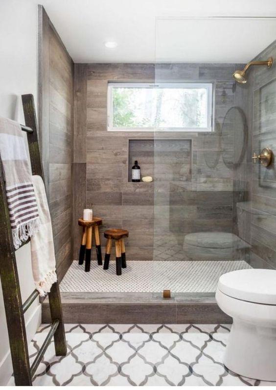 un bagno contemporaneo incontra il rustico con piastrelle che imitano il legno stagionato