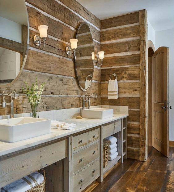 un bagno rustico contemporaneo con molto legno nell'arredamento - assi di legno sul muro e mobili in legno