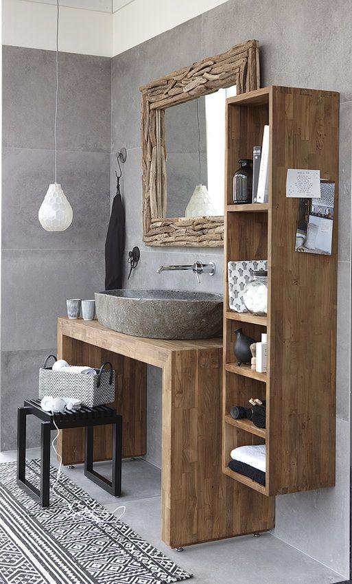 un bagno contemporaneo incontra il rustico con un lavandino in cemento, uno specchio rivestito in legno e mobili in legno