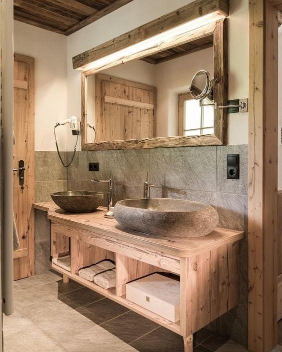 un bagno dall'aspetto naturale con molto legno, pietra e piastrelle per un'atmosfera accogliente