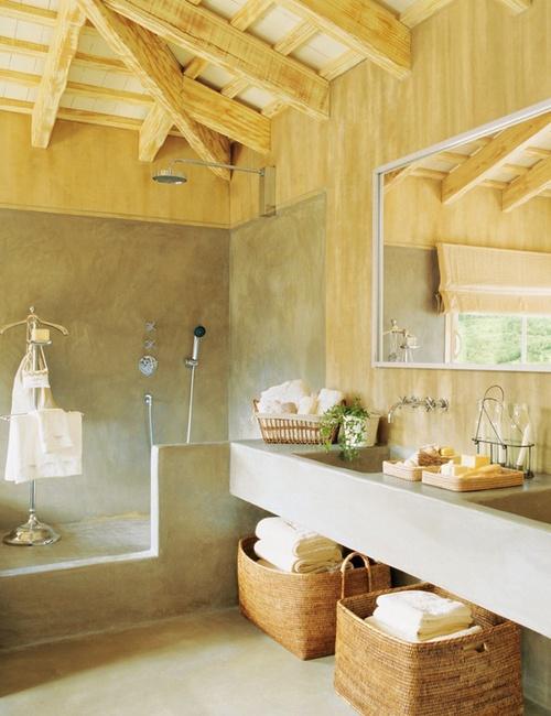 un moderno bagno da fattoria fatto in cemento e legno chiaro