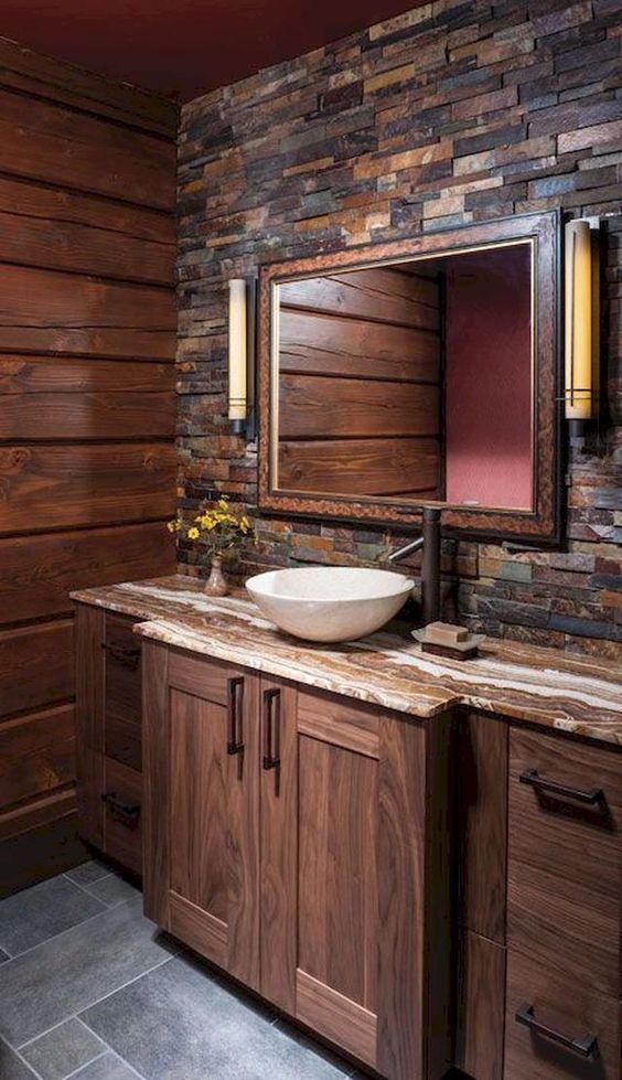 un bagno rustico incontra un bagno moderno con molto legno e pietra finta per un'atmosfera accogliente