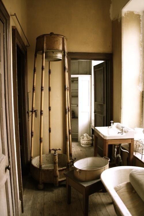 un bagno vintage incontra il rustico con molto legno e oggetti vintage