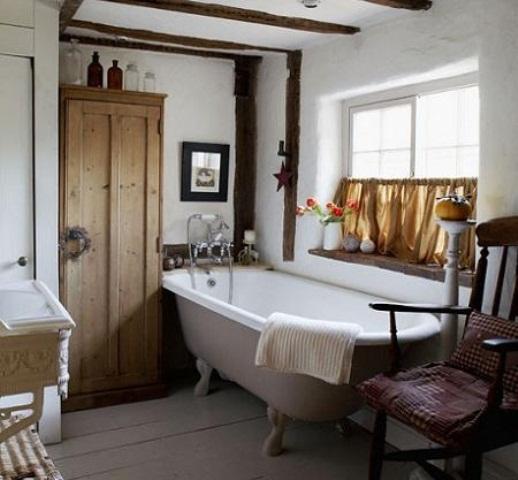 un bagno cottage bianco con mobili in legno di colore chiaro e legno imbiancato