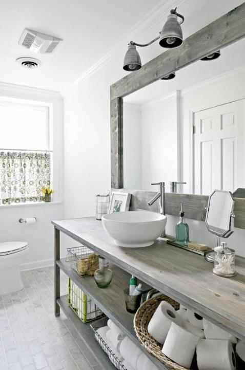 un arioso bagno da fattoria con pareti bianche, un pavimento piastrellato e tocchi di legno shabby chic