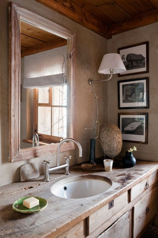 un rustico incontra il bagno vintage con una vanità in legno stagionato e uno specchio con cornice in legno