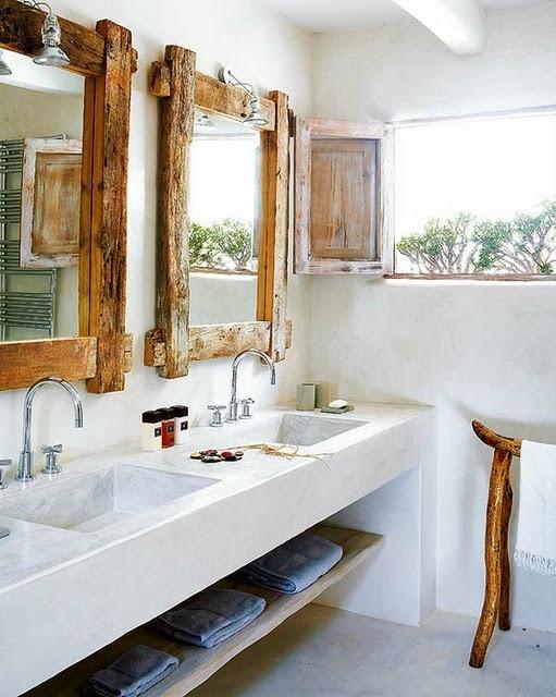 un bagno tropicale con tocchi rustici, specchi e gambe con cornice in legno galleggiante