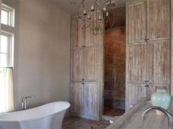 un bagno in legno invecchiato e shabby chic con oggetti e tocchi vintage