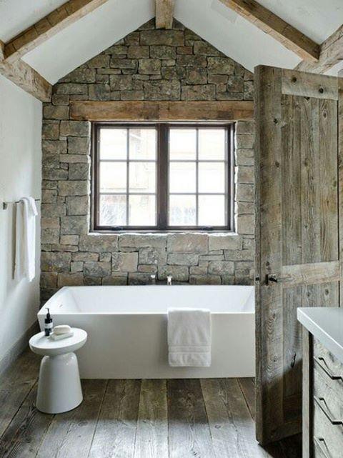un bagno rustico incontra il contemporaneo con molta pietra e legno impiallacciato sembra chic e arioso