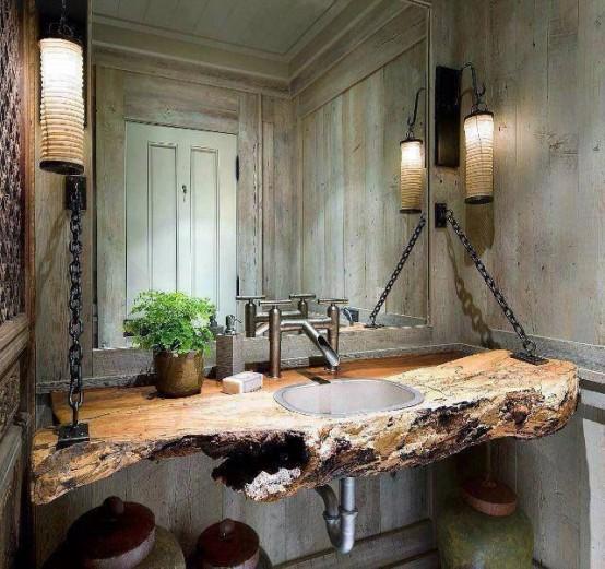 pareti di assi di legno invecchiate e una vanità bordo vivente con un lavandino di metallo