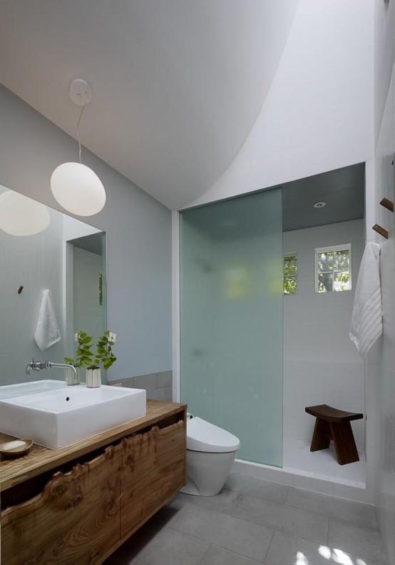un bagno contemporaneo con una vanità bordo vivente per un tocco rustico