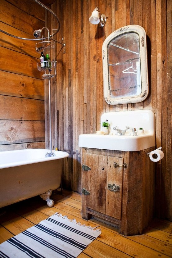 un bagno rustico tutto rivestito in legno e con oggetti vintage