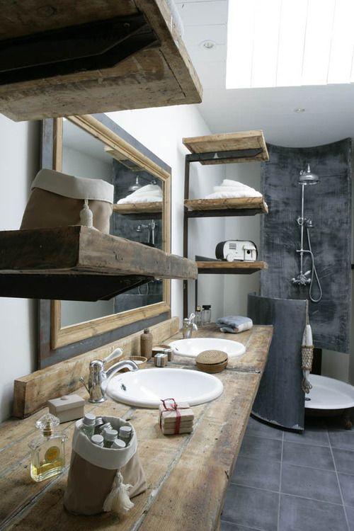 un bagno contemporaneo incontra un bagno industriale con molto legno tinto di luce e piastrelle scure e cemento