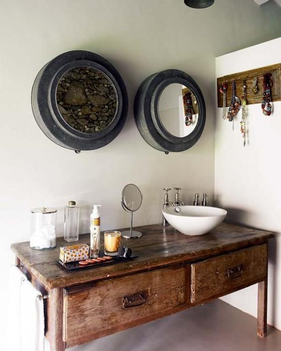 una vanità in legno e un supporto in legno per i gioielli portano un tocco rustico e vintage